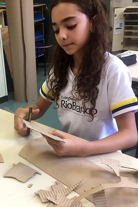 Ateliê de Artes: alunos constroem a obra 'O Tronco'