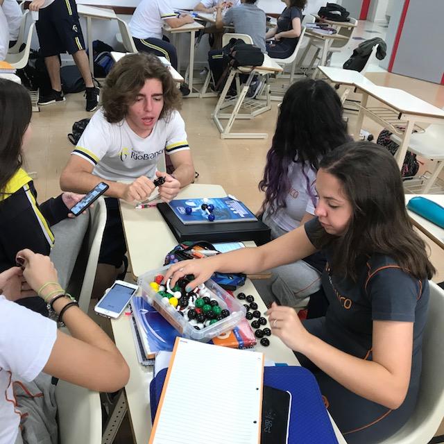 Os alunos da 2ª série do Ensino Médio aprenderam sobre Modelos de Moléculas Orgânicas, utilizando a metodologia Bring Your Own Device.