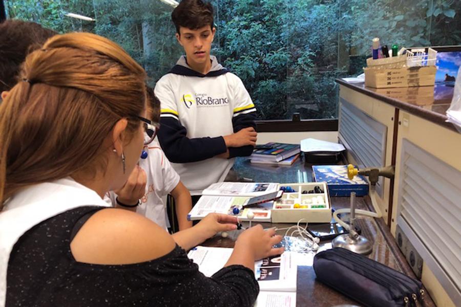 A metodologia de Estações de Aprendizagem foi utilizada na aula Química do 9° ano do Fundamental, sobre separação de substâncias.