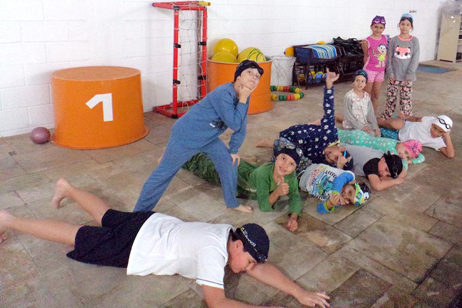 Natação: aula especial com pijamas