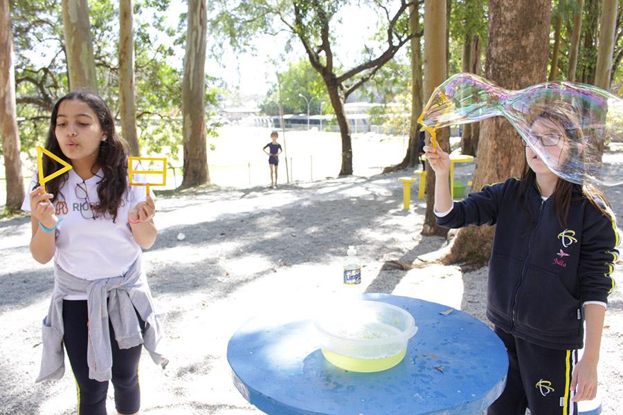 Alunos representam a Atmosfera com bolhas de sabão