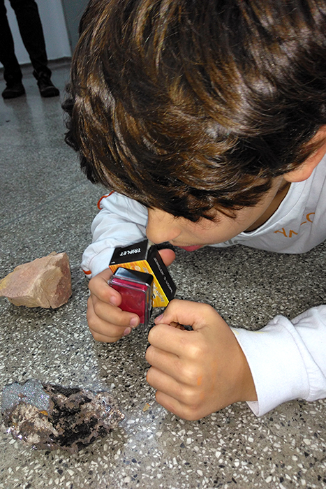 Alunos aprendem sobre vulcões em conversa com geólogo
