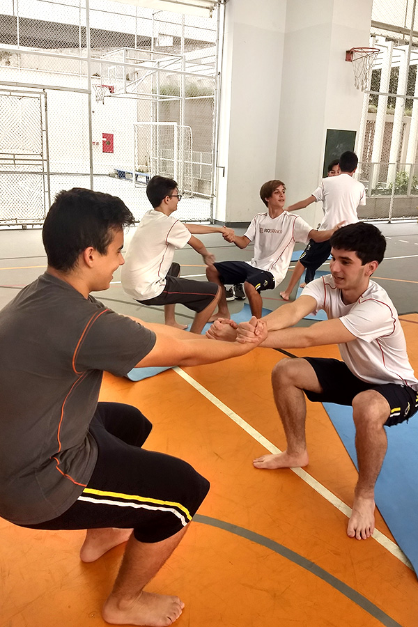 Alunos participam de aula especial de AcroYoga