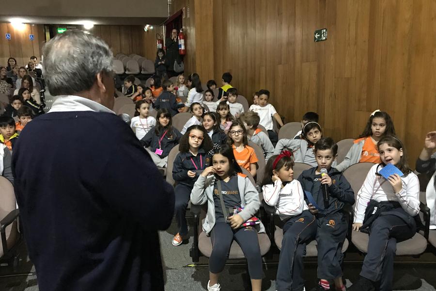 Autor Pedro Bandeira conversa com alunos