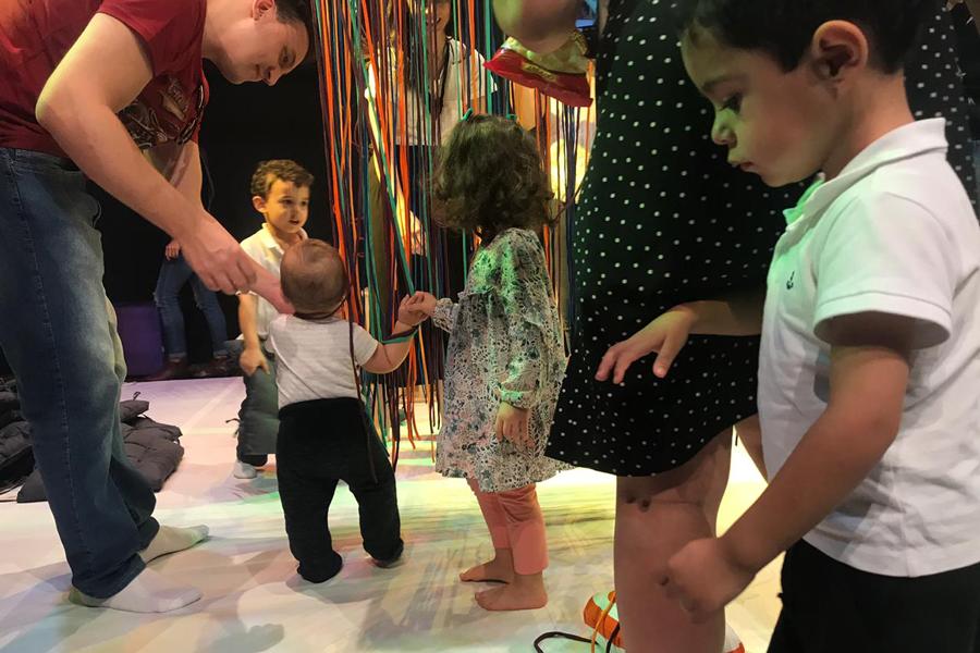 Espetáculo Linhas encanta bebês, crianças e pais