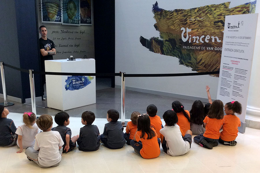 Alunos e estudam sobre a vida de Van Gogh visitam exposição